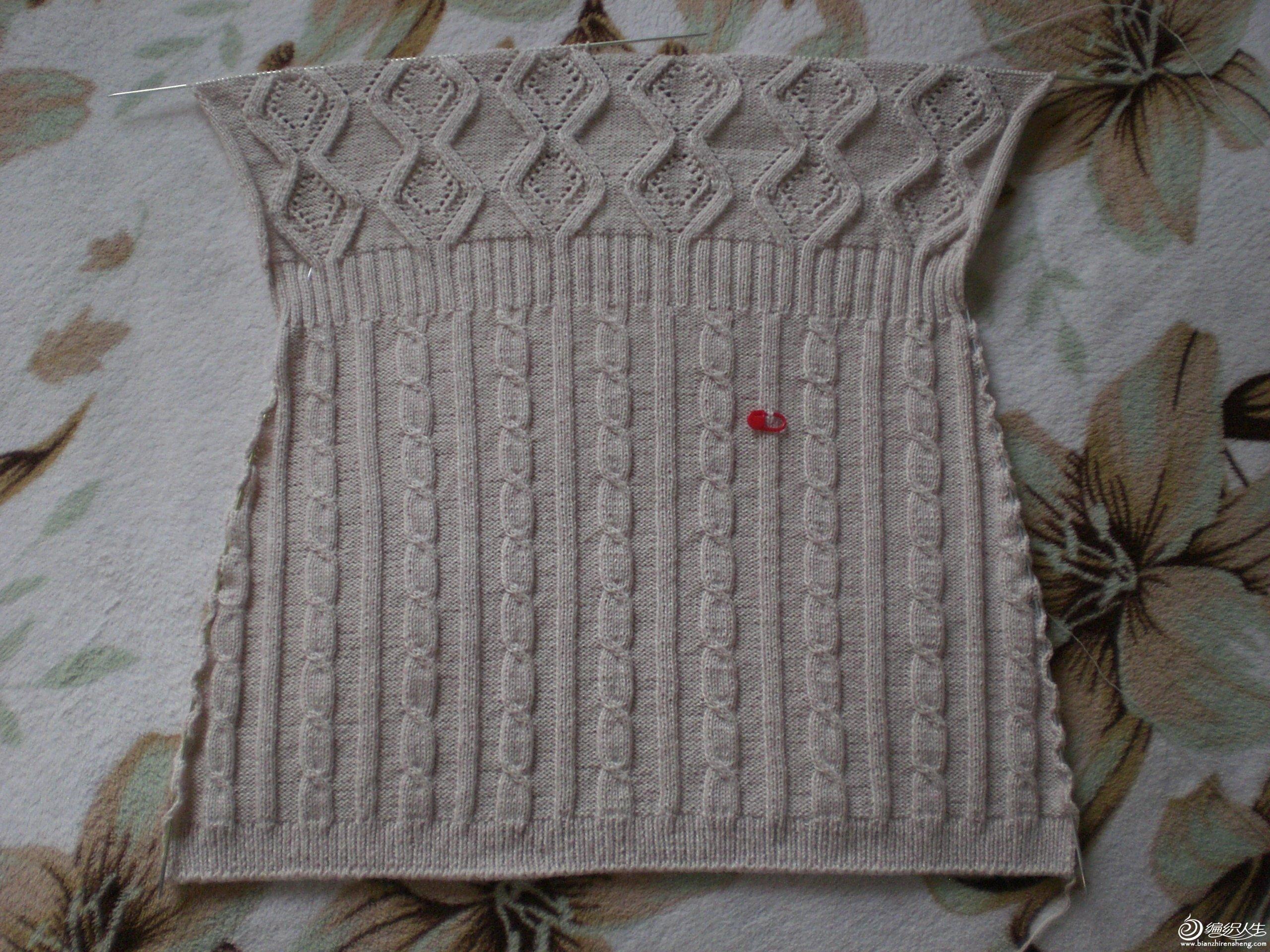 本帖最后由 赤道玫瑰 于 2012-9-16 23:22 编辑 北京的金色9月,秋风送爽。10月中下旬,开始大风降温,女士蓝的纯毛线己经放了将近20年,一直没想好织什么花样,从Amawang和妍俊发的空间发现了这组镂空花朶,感觉这个图样比较饱滿,先织了件纯棉短袖,感觉不错,现又织了这件长袖开衫,帽子在刮大风时能挡挡灰尘,穿上淡粉打底衫,再配这款外套,不扣钮扣,很有气质,风度。