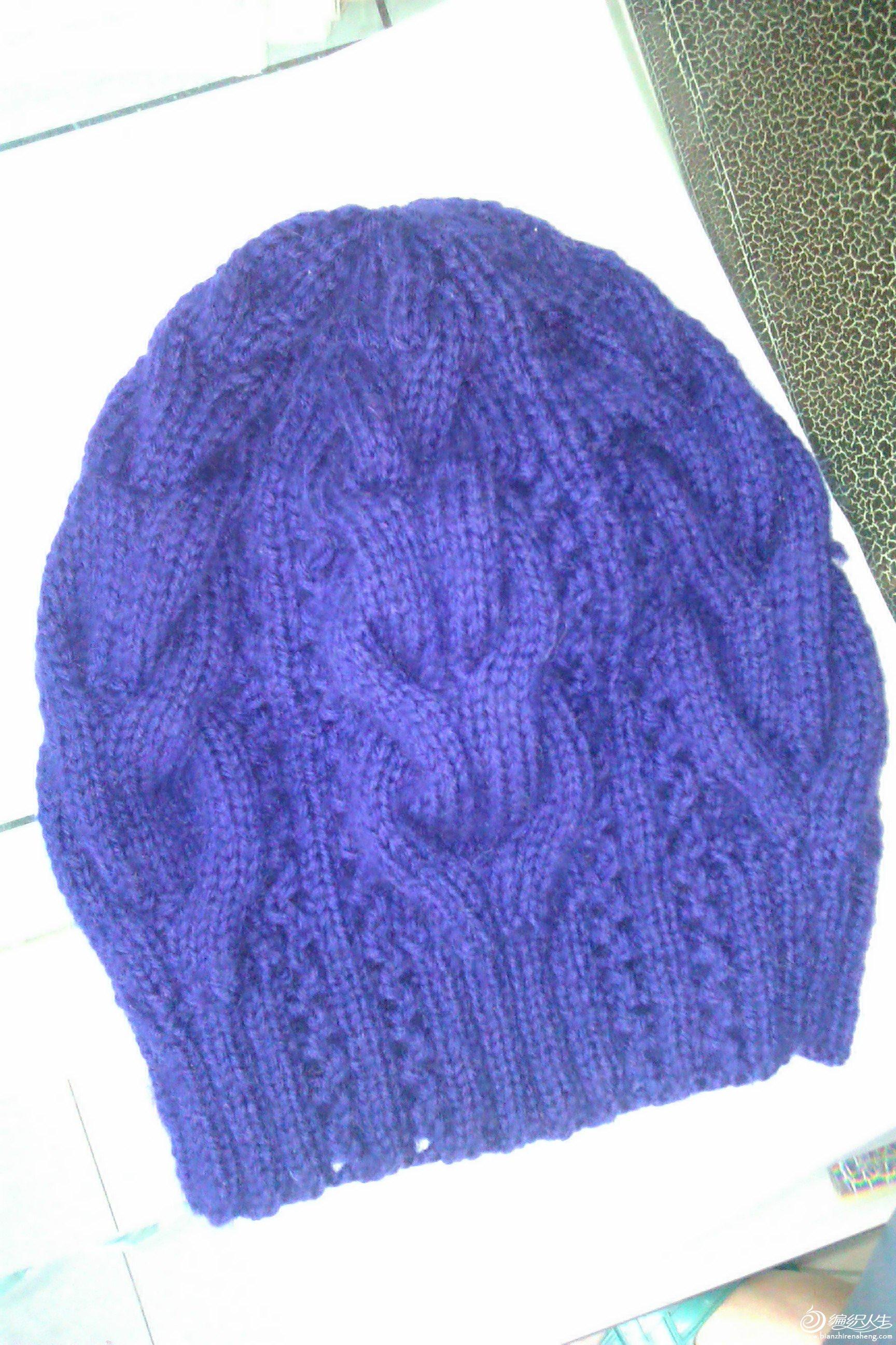 本帖最后由 lele658 于 2011-5-17 15:23 编辑 可爱的婴儿帽 这是从一本英文书上找到的图形和做法,小孩非常的可爱,当然帽子也漂亮。特别是帽子花纹的设计更是巧妙,很有西方的洋味道。 738700738701 我织这款帽子时作了一些改动,原图解是采用片织,再缝合,我是先圈织再片织,不用缝合。所以下面的中文编织方法说明与原英文图解不是完全相同。 可爱的婴儿帽的中文编织说明如下: 用3.