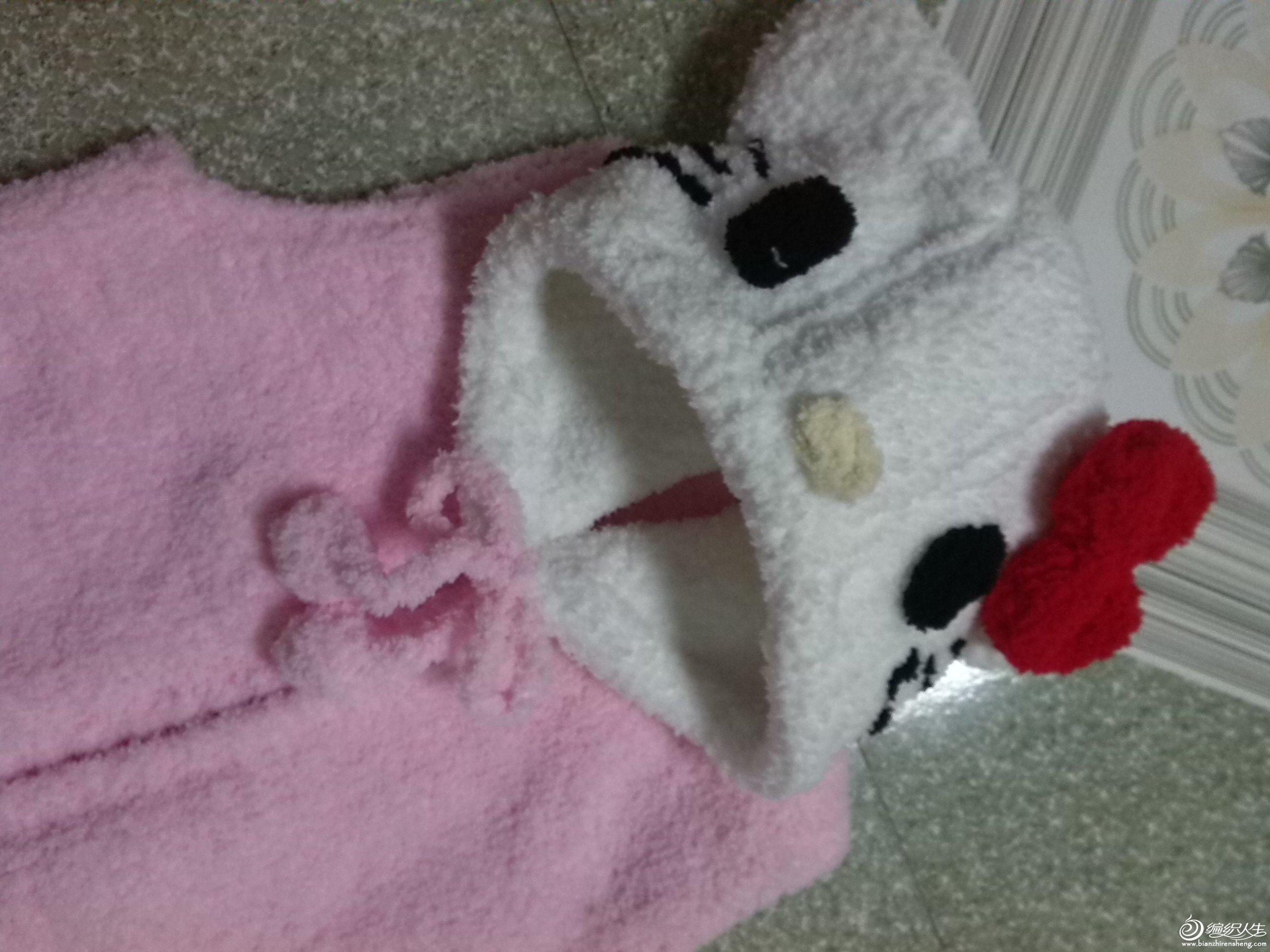织了一件阿狸猫,表妹看到照片说,也给她家宝宝织个,买线的时候就打算织3件,一个给自家宝宝,还有两个表妹一个,妹妹一个。 既然她也开口了,那我就趁热打铁,再织一个Kitty猫吧。 还是按照小辛娜娜教的视频学的阿狸猫,织背心和帽子。因为两个宝宝差不多大,我家2周岁带4个月,她家22个月,体重也差不多,个子稍小点85,6CM 的样子。所以,就是照着阿狸猫的尺寸织的。 后片40针,前片24针。织6行单螺纹,开始平针不加不减织23CM开挂。2-2-1,2-1-3收针,然后再不加不减织,一共37CM。前片开扣眼,大概