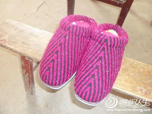 拖鞋和棉鞋 这是2013年比较流行的拖鞋和棉鞋,里面缝有海绵鞋邦,很暖和,给家人织了不少,没有全部拍照,只拍了先做的这几双 2012年的时候,比较流行用冰条线钩拖鞋和棉鞋,当时也钩了十多双,但以前没有拍照 有次,无意间在毛线店里看到这种有小菊花的鞋子,很羡慕,但自己对棒针一点都不会,又非常非常想要一双这样的鞋子,于是开始在网上大量搜索这种鞋子的织法,但网上的人都是高手,她们都只讲述了一个大概的织法,对于我对种水平的人来说,看的是一知半解,于是就找到了下面这双拖鞋的教程来练习,慢慢地摸索,整了大半个晚上,终