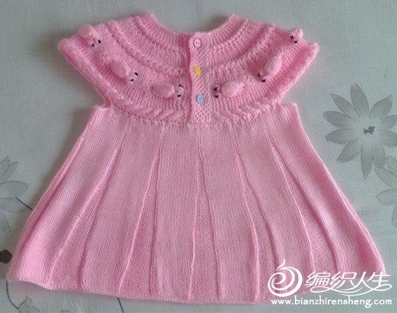 新织了一件金鱼公主裙,本来想织长袖裙衫的,线不够,只能织成这样了。这件金鱼衫的不同点在于小金鱼是相向对称的。