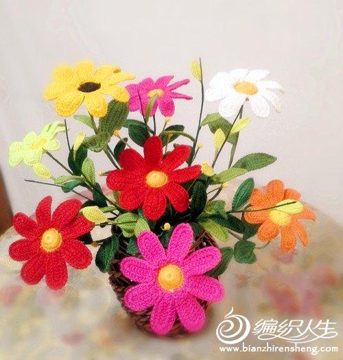 配过很多款花器,藤质的篮子最好,田园风格又自然.大小依各人喜好增减.