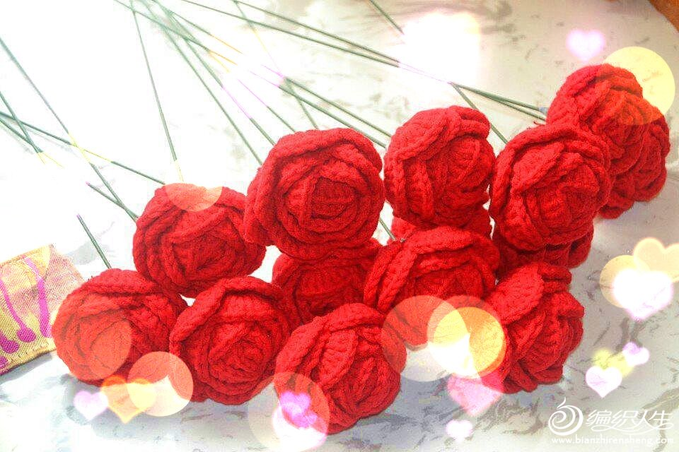 永不凋谢的玫瑰,象征着永不凋零的爱情,祝大家爱情长久,,七夕节来临之际,纯手工钩织毛线玫瑰花现在开始火爆预定中,,单朵15元。9朵一束,99,9元。提供包装。不包邮哦如有需要更大的花束的朋友可以私聊,QQ478801994谢谢。
