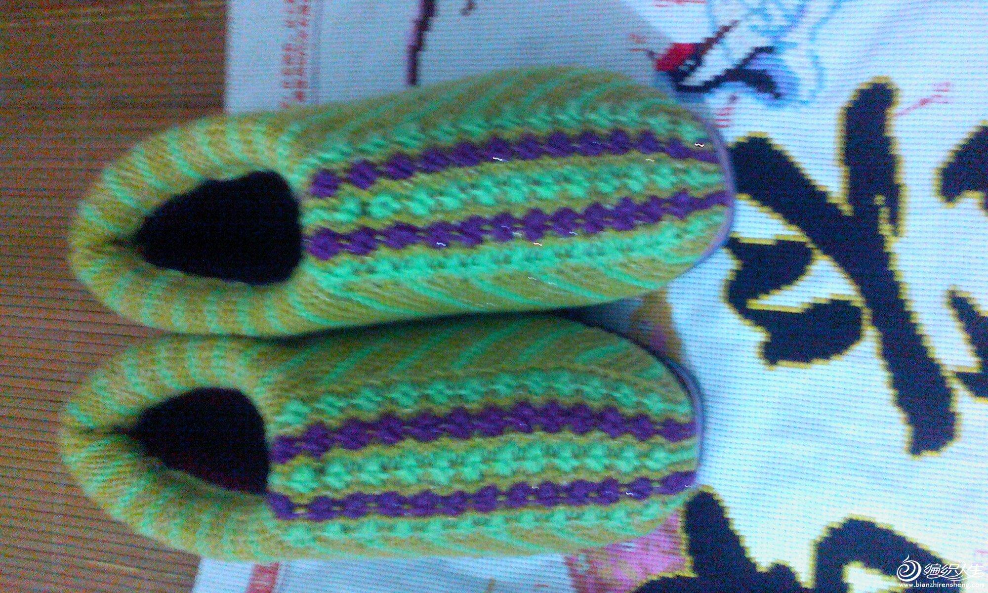 马上就要到冬天,想到家里的冬天特别冷,就一直想给妈妈亲手做双温暖的鞋子,而是周未上商店去采购必须品开工,我买了奶棉线,五个,38码轮胎底一双,还有海绵一套,线只用了二个半,也就是用3两线,13号短针,三种颜色相间织,我是按自已的想法织的,37针开织,来回织平针,三个来回一个颜色再间一个效颜色织一个回来,织八组,与晴晴的太阳花棉鞋http://bbs.