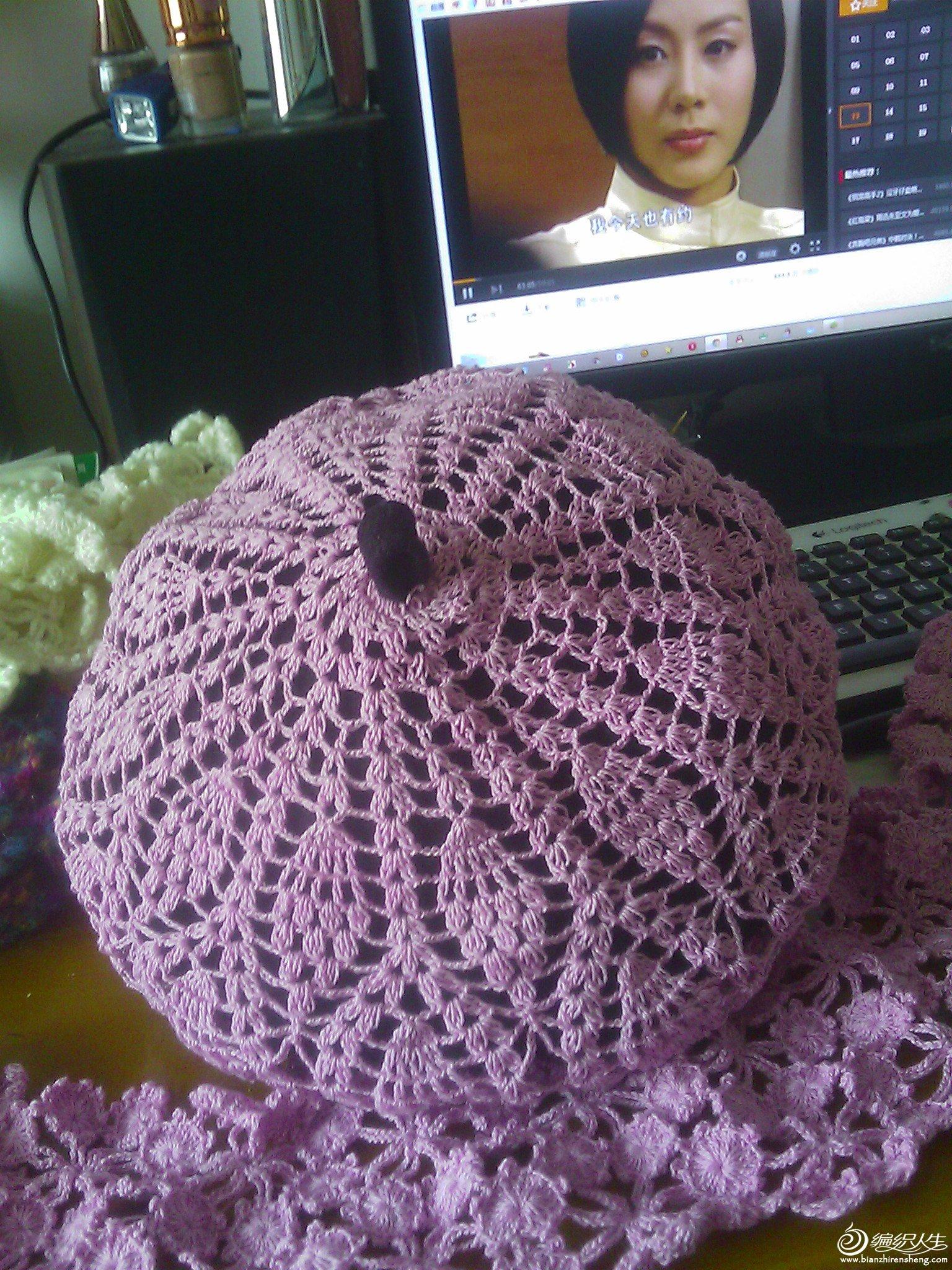 前几天收拾出一顶早年买的呢子帽子,是深紫色的,没有怎么戴,颜色太深,款式单调,找出收藏的一款图解和一些钩衣服剩下的蕾丝线开工,成品出炉了,效果出奇的好,酷似香芋菠萝面包吧,很漂亮又独特吧。走过路过的姐妹们多多指教。