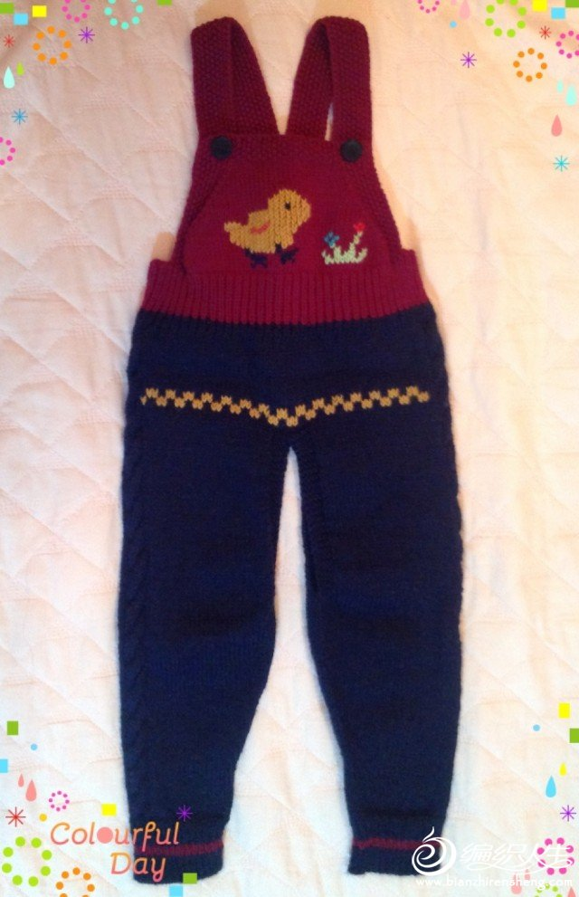 背带裤,全是上下针织的,花样是绣上去的。