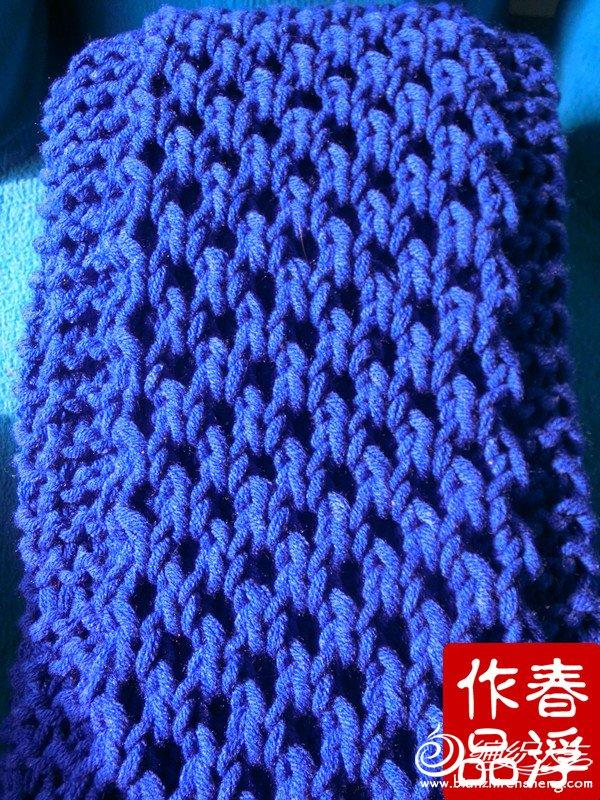蜂窝花是非常漂亮的一种花型,因为形似蜜蜂的蜂巢所以得名蜂窝花。蜂窝花的编织方法也很简单,就是交叉针稍微做了一点改变,但是织法没有改变,在编织的过程中需要注意的是不要把交叉方向织反了,这就需要小伙伴们在编织的过程中要仔细认真了。下面是我制作的编织图,图上是以20针为例的,我的这条围巾是26针,6两线可以编织2米多了,所以小伙伴们在编织的时候可以适当的加几针。另外需要注意的是:蜂窝花编织的针数是双针数,及2的倍数的针数。