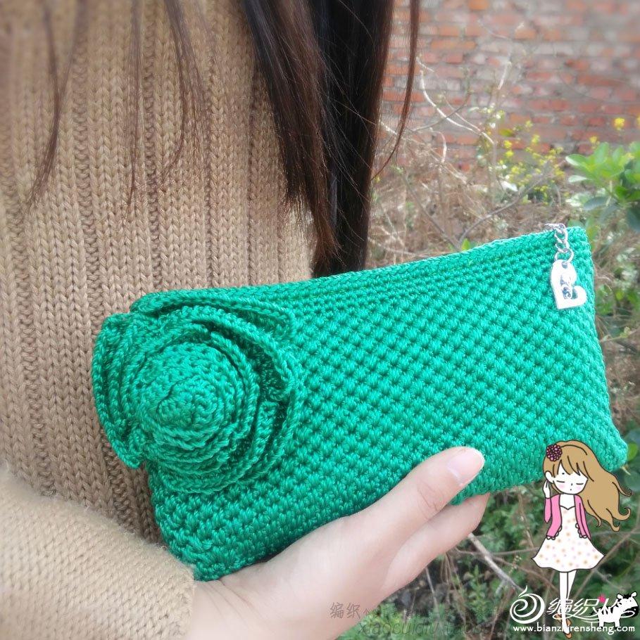 丝光线钩针编织的一款花朵森女手拿包高清图片