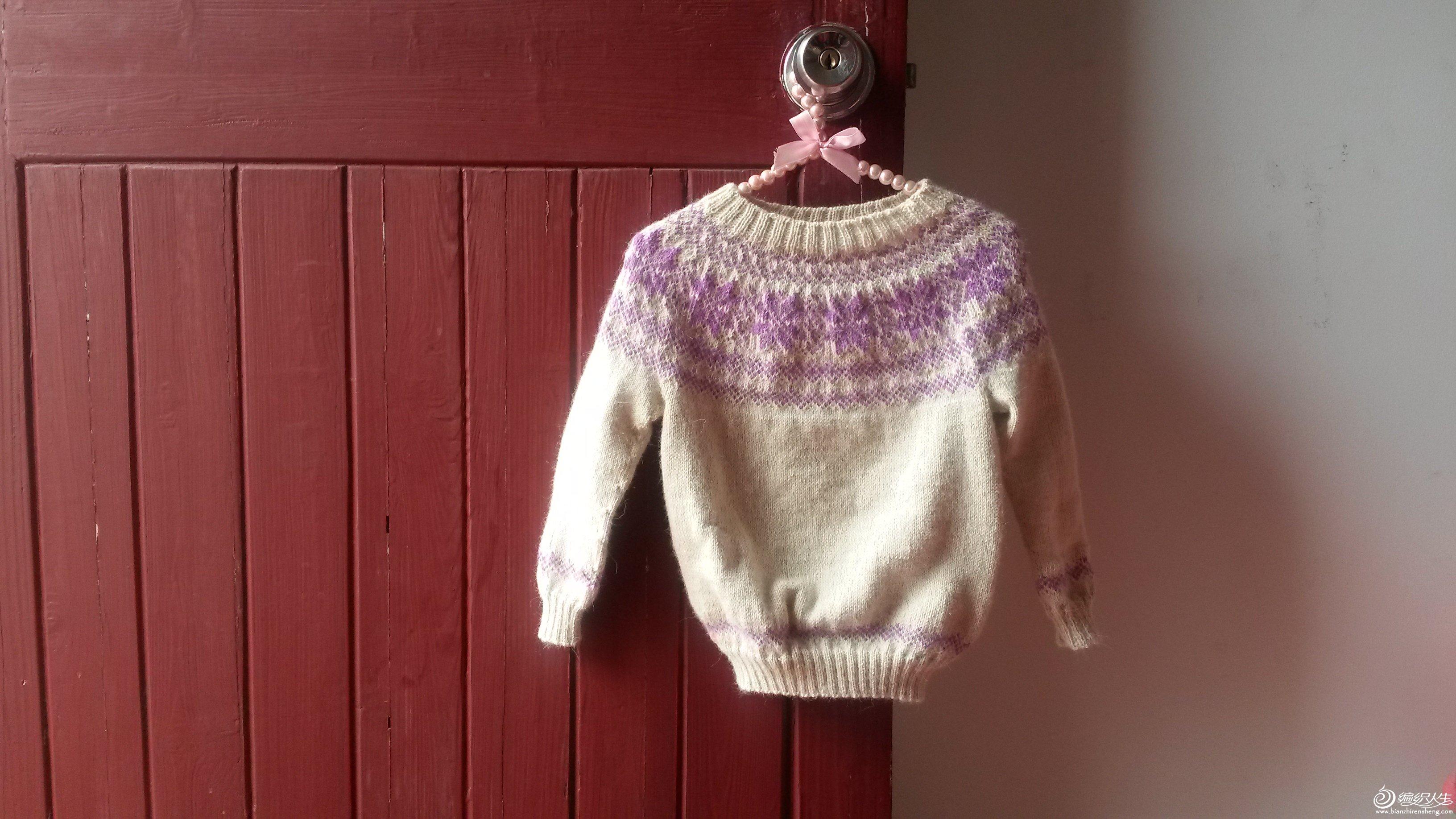 在焦点家买过一次羊绒零桶,顺带买了半斤的羊驼,买回来就织了小样,很滑很柔软,毛毛很丰富,但是没有想好织什么,就一直放着。突然有一天看到了幸福物语的羊驼圆肩毛衣,很喜欢,看看手上的线正好也有这个羊驼,小样的针数一算,啊哟,正好可以织给我宝宝,连针数都可以照抄,哈哈,于是立刻开工了。可我是个新手啊,双手带线神马的又去恶补了一下,哈哈,还好不算难,就是织起来麻烦点,但是坚持就是胜利,于是我织啊织。。从2月22日开始,织到了3月24日。。。别鄙视我,带着个大宝贝真心难抽时间织啊,哈哈,不过织出来还是很兴奋,虽然第