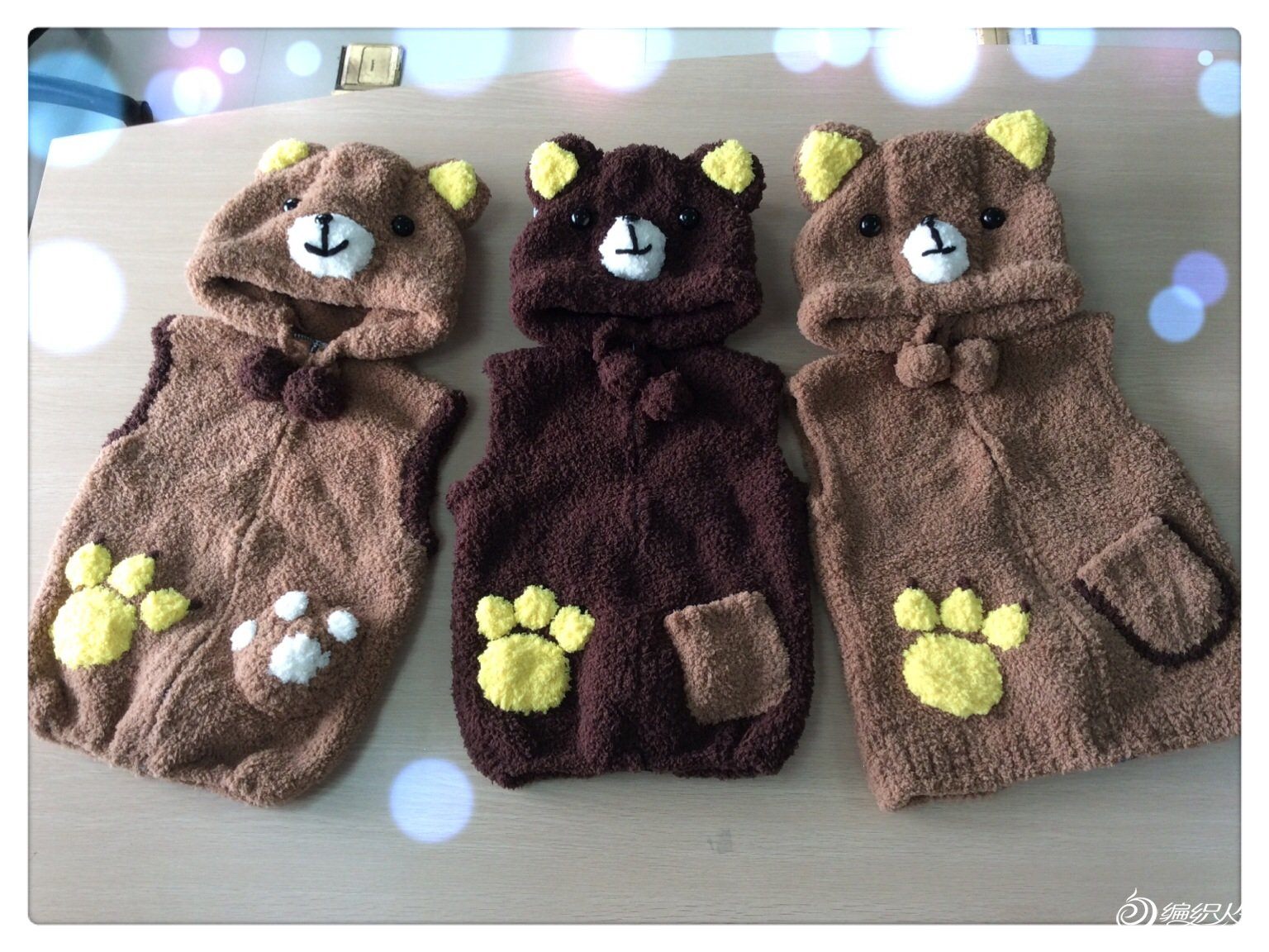 终于仿制+自己设计完成了3件不同配色可爱的小熊马夹,虽然编织过程有