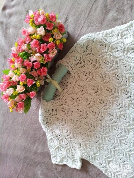 喜爱木槿花。  木槿,花开花落,花一样美丽。知晓……阵阵花雨,美得优雅,炫烂却又有几许清冷。  木槿年华,似水流年。白色似是化作经典,永不褪色的。  白色木槿,花开年年。  木槿花朝开暮落,但每一次凋谢都是为了下一次更绚烂地开放。就像太阳不断地落下又升起,就像春去秋来四季轮转,却是生生不息。  喜欢志田的繁复有致,喜欢志田的立体美感;  喜欢志田的经典时尚,喜欢志田的浪漫唯美。  这款志田用白色夹金线织成,恰似白色木槿,花开花落,阵阵花语,优雅而绚烂。  用线:四季爱编织日本进口金丝棉线 :http:// - yn595959 - yn595959 彦妮