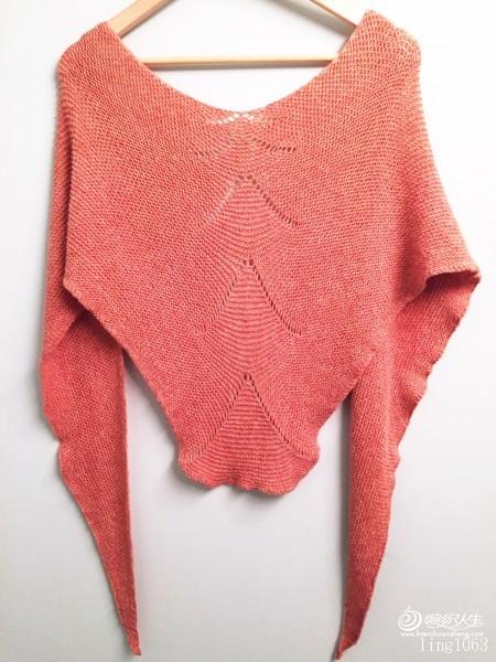 选自 Quince and Co. 上周五刚发布的Shawls 2015- 5款中的一款, 披肩直译为宝塔披肩,就是花型设计由小到大,从上到下的4组镂空加针形成的像宝塔一样的形状,整件披肩正反面全织下针,简单好织毫无难度,任何新手都可以轻松完成,我用时1天半,用织毛衣剩下的3团余线,成分为50毛+50棉,因为线材较细数量又有限,所以花型做了改动,由每组多加3次镂空加针改为5次,这样就由共加4组改为5组,织6组线不够,最终披肩长度是2米,最宽处为46厘米。  织法:  用针:4.5MM或5.0MM。 用 - yn595959 - yn595959 彦妮
