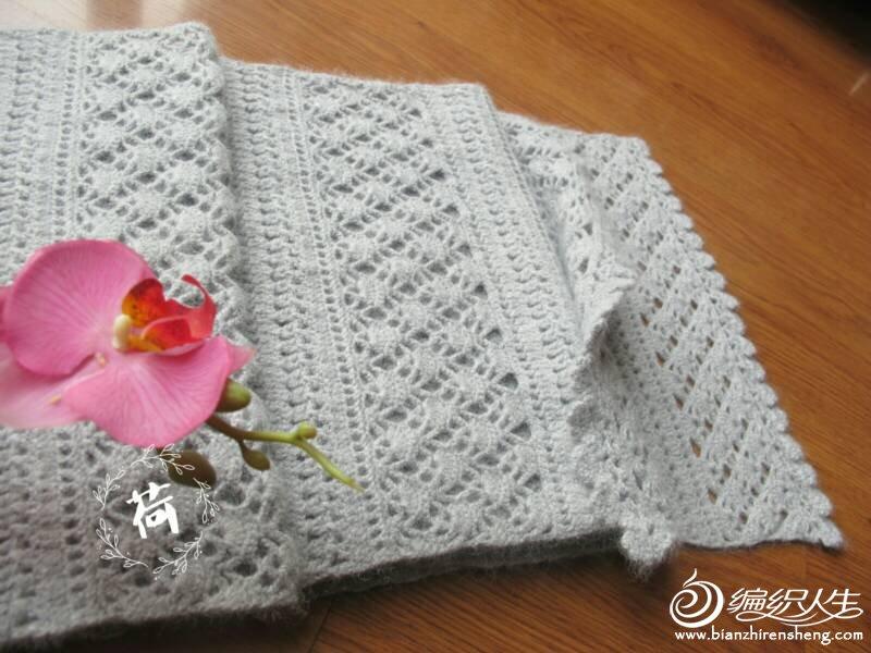 浅灰钩花羊绒围巾