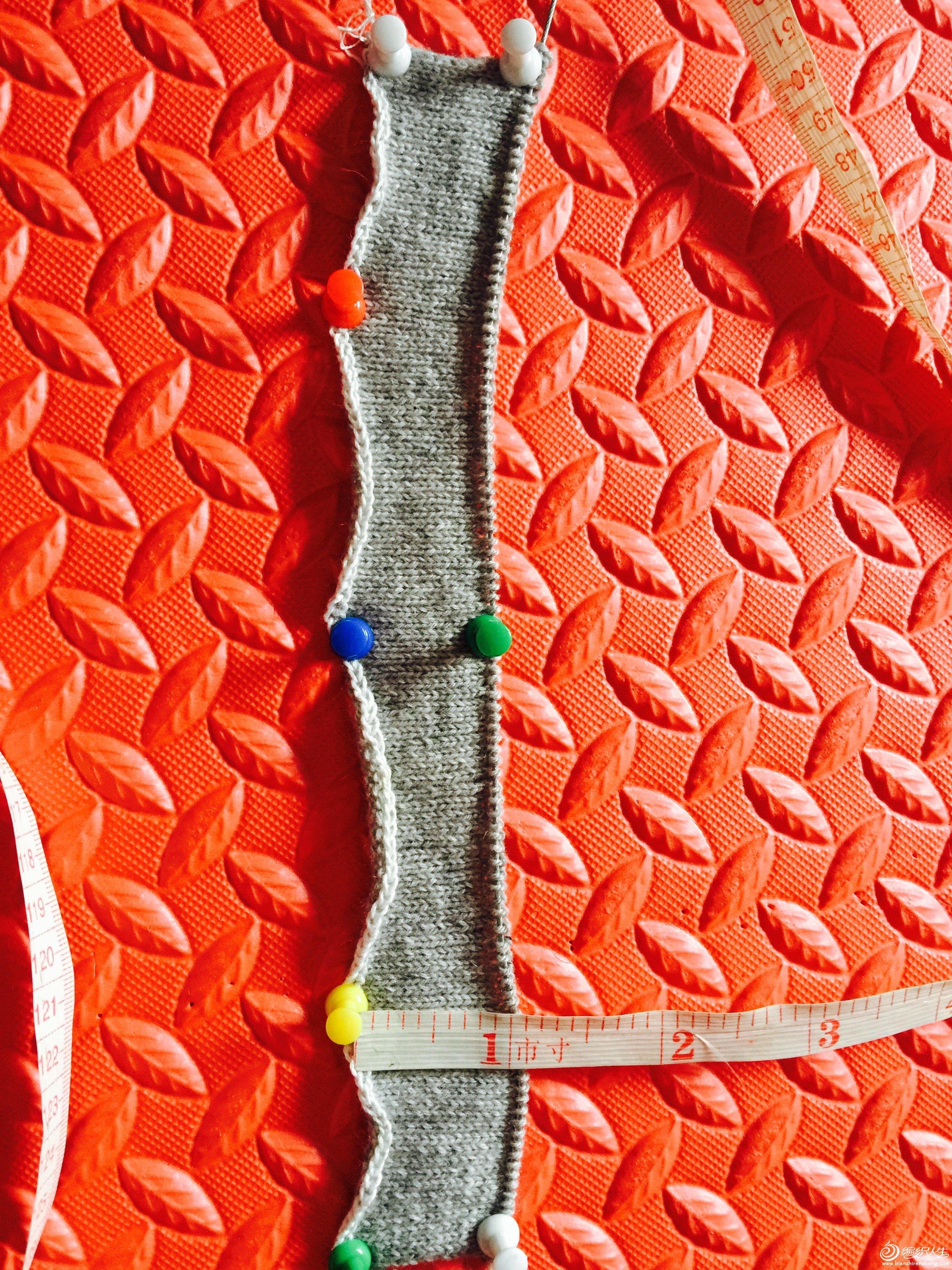 3、织到1寸左右的高度停织,开始织小燕子斜肩