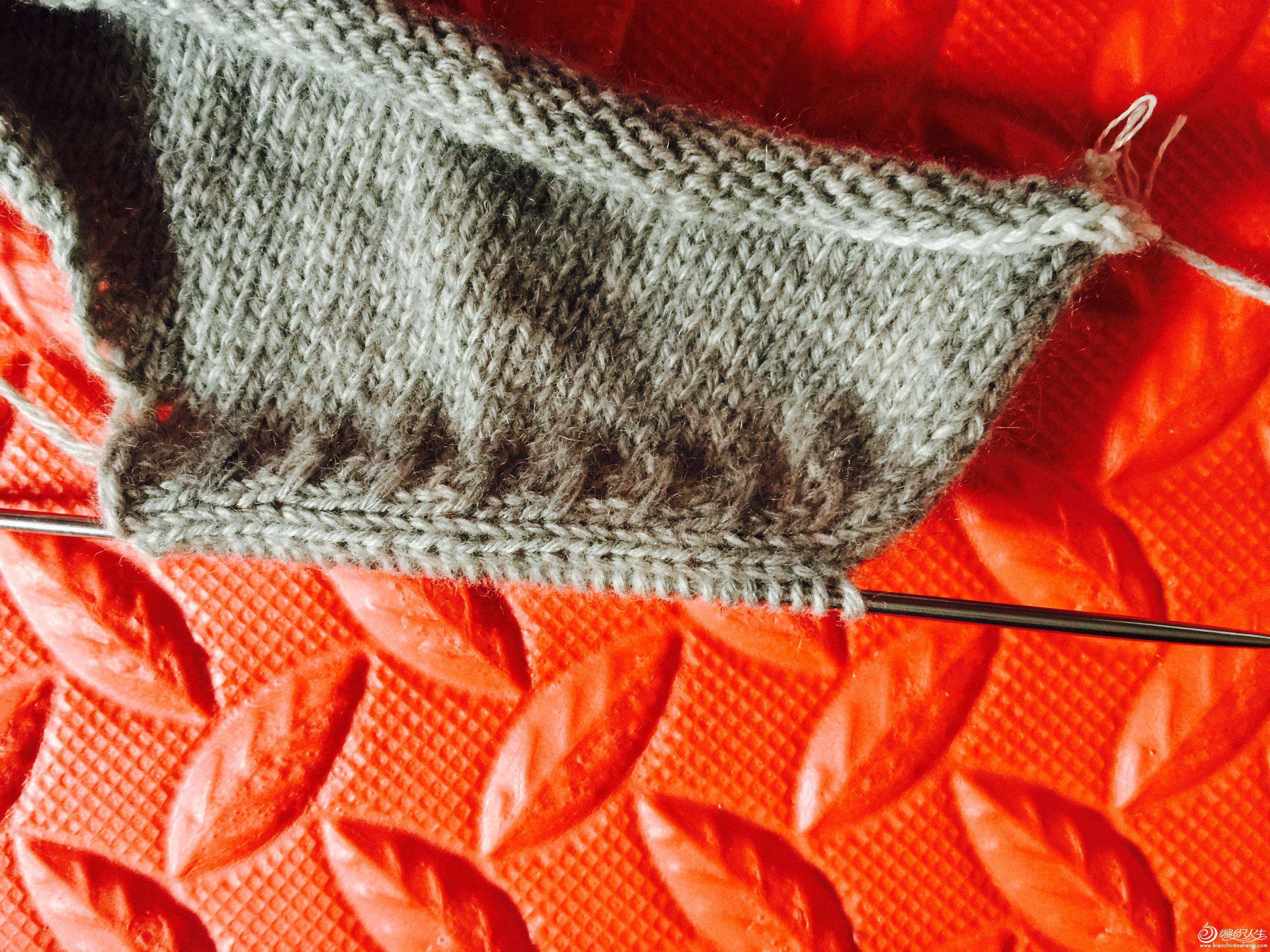 7、从开始织小燕子斜肩的地方开始挑织前片