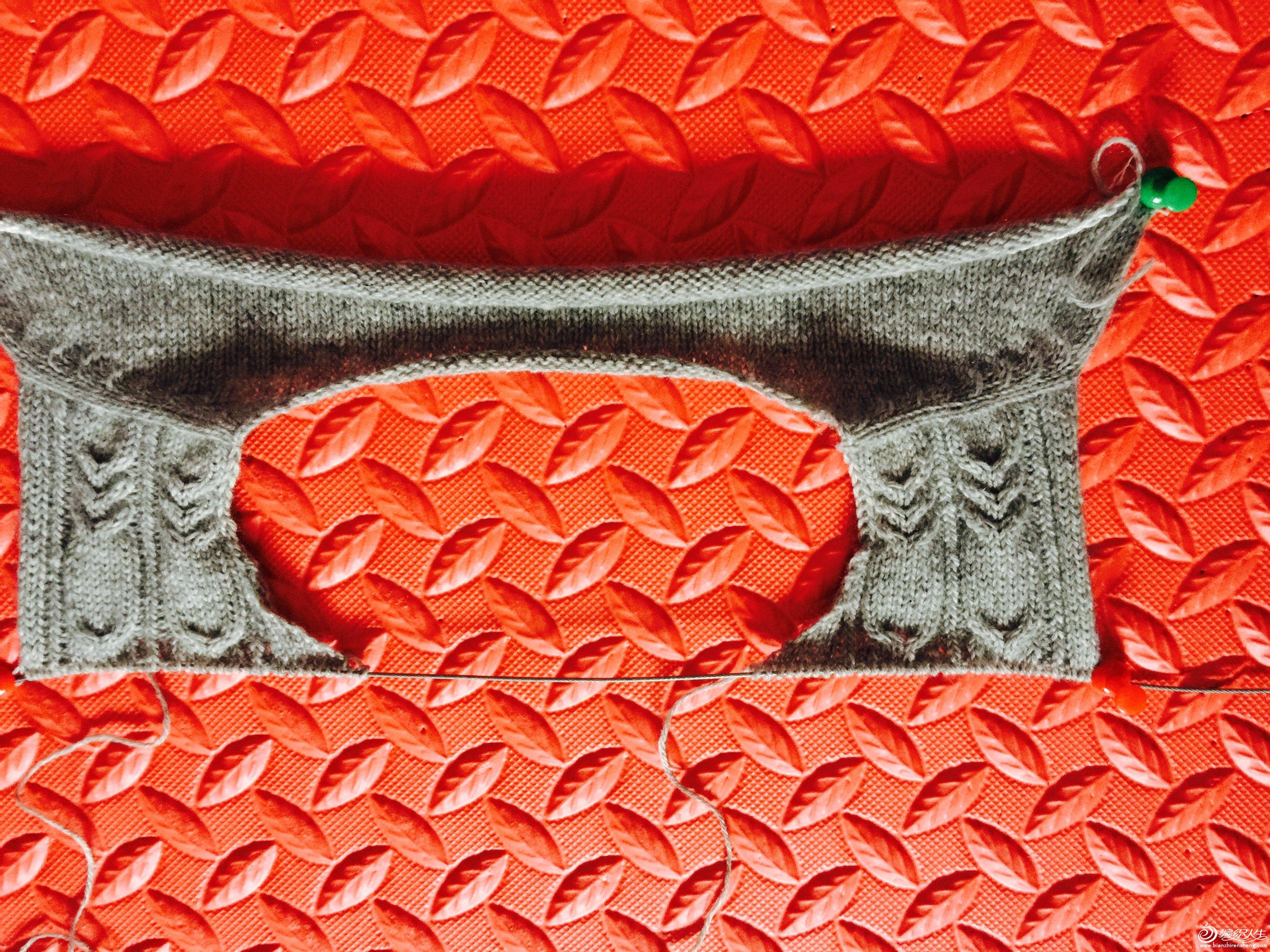 8、这是前片织好的样子,前面织到4厘米左右开始加前领的针