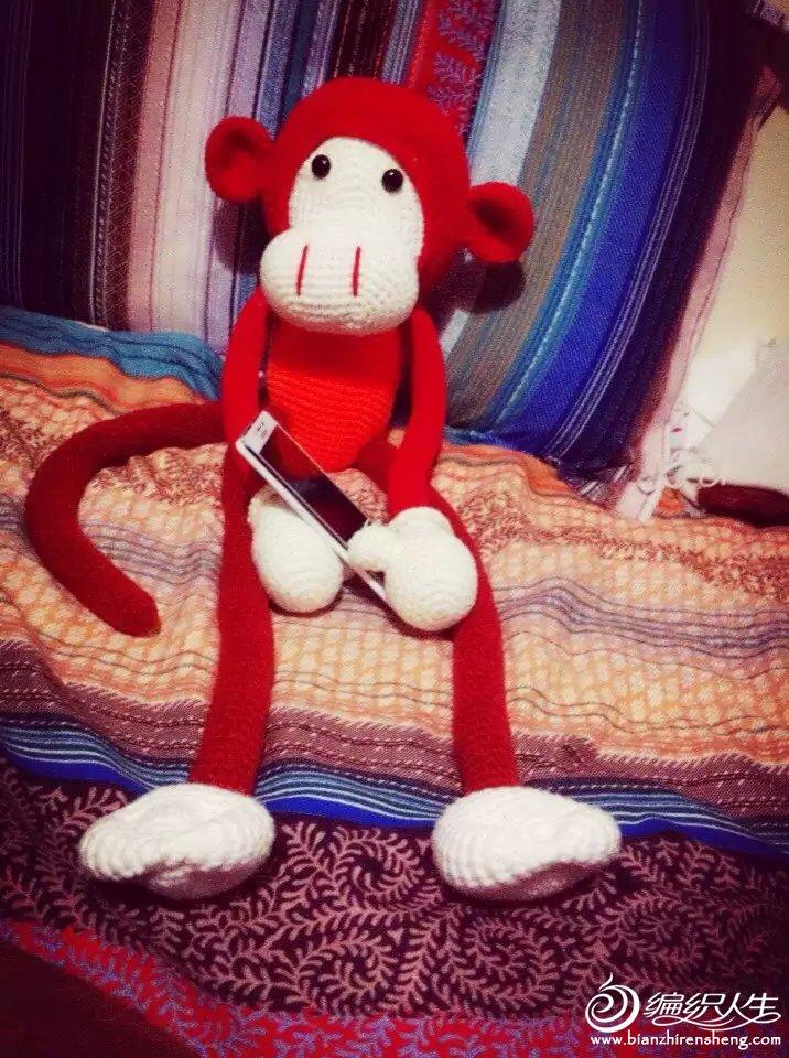 本来是想钩个红色的猴,无奈年前那几天不发货,只能仅用手头仅有的毛线,年前完成的,钩的第一个玩偶。算是我的玩偶作品处女作。 如果是全部红色的 应该会更完美。晒下我的作品,祝大家猴年大吉大利。。。手臂的已经补上图解了