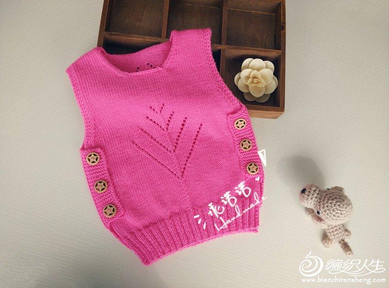 编织配件:6颗直径2cm的木质纽扣 编织工具:九色鹿9号,10号 编织密度:10x10=26针x33行 成衣尺寸:胸围58cm,衣长35cm 适合1-3岁宝贝穿着 设计感言:如果,春装正当时,现在织背心,过几天天热了,刚好可以穿。专为新手姐妹设计的好玩款,避开新手害怕的编织雷区,用最简单的织法,织出高端的效果,看起来很有技术含量的赶脚~前后片不缝合,采用了更有立体感的门襟,来进行前后连接。大大的木质星星纽扣,给毛衣增加无限活力。前后片镂空花样,带来了春意,尤其前片仿树木形状原创花样,让毛衣更贴近大自然。