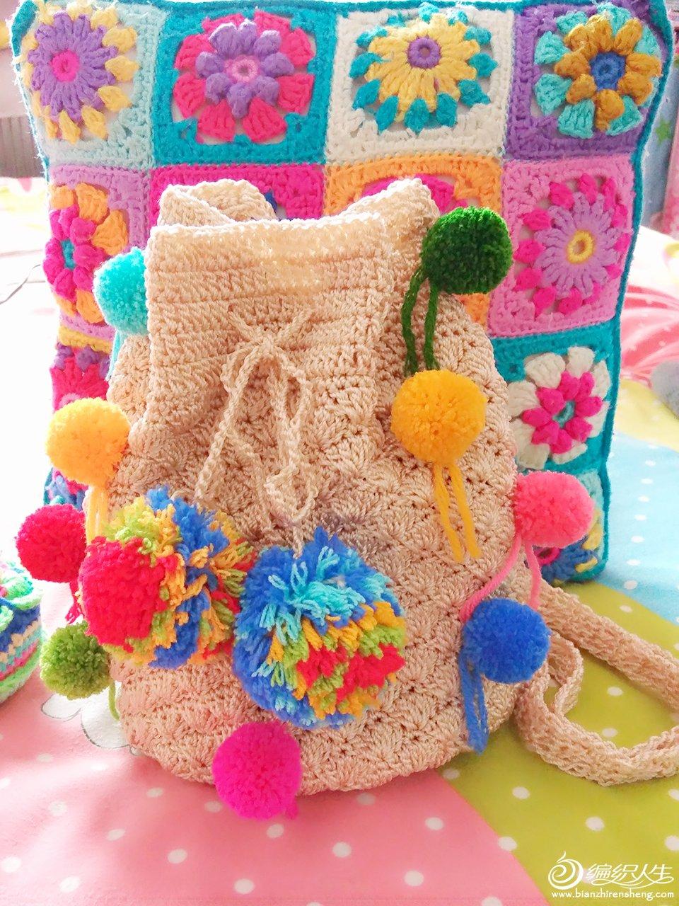 毛球装饰米色钩针束口袋