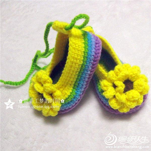 钩针婴儿鞋,就算是带系扣的,仍是会被宝宝轻松蹬掉,所以这次钩的小