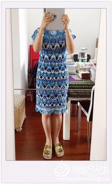 蓝色段染毛线钩花连衣裙