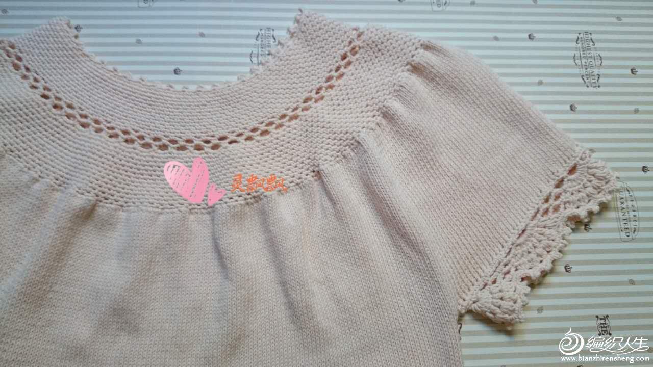 作品介绍: (女士钩织结合套头衫:我把钩针改成棒针)这件本来是一件钩衣,但是钩衣要穿打底衫觉得很热很麻烦,所以就改成织衣,织好后感觉也不会比钩衣差,还不用打底,再把边换上自己喜欢的蕾丝花边,休闲又好看。