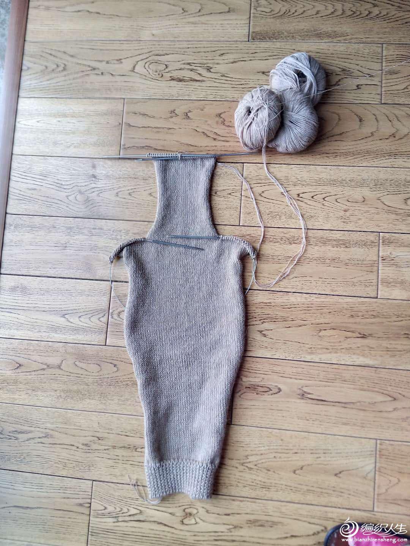 女士冬日套装编织服饰(棒针开衫大衣,铜钱花半节裙和钩针菠萝披肩)