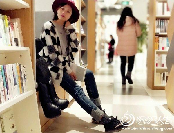 时尚黑白格开衫毛衣