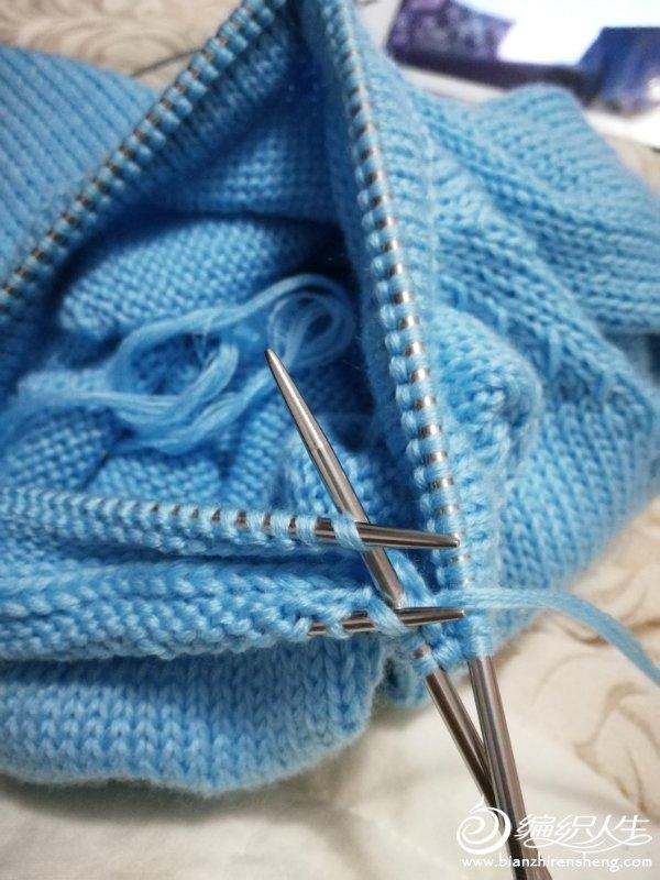 正身是从下往上,织到合适高度,两边腋下各留10针,用别线钩两条辫子