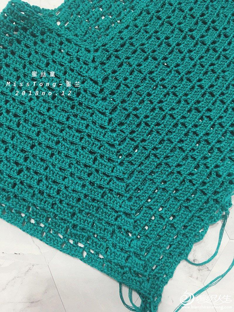 这是一件给婆婆钩织的衣服,婆婆平时穿L或XL码,想要宽松点,于是就有了这一件宽松的套头衫。 本来想给婆婆钩论坛大热的孔雀开屏,后来发现有一款菠萝花样很适合用衣摆,于是就改了改。 育克用孔雀开屏的钩法,钩到腰部时开始钩这款心水的菠萝花。 结果婆婆也很喜欢。