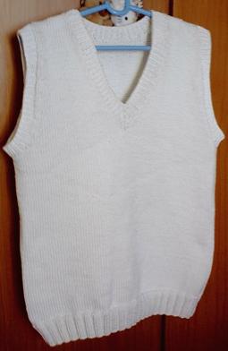 这一个是给老公织的第一件背心,我是我织的第一件背心,呵呵,老公说太大太重,重没穿过。