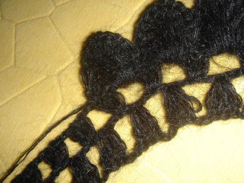 然后在二针辫子上钩十三针成扇形型