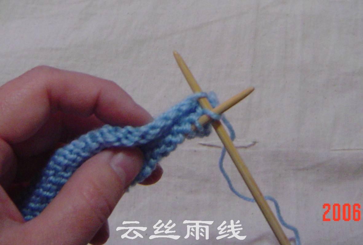 将每一针和起头的边一一对应挑起并织