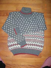 这是我织的第一件成品毛衣, 由于当时才刚刚学,同事们都不相信我能织出这么复杂的花样,于是我半个月的时