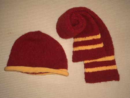 用小洋洋的红色波纹线及小雨妈妈家的黄兔羊毛线织的围巾、帽子套装