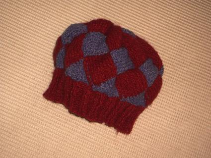 用小洋洋家的红色&紫色波纹线试织的海浪帽子,试验品,刚织好的:)