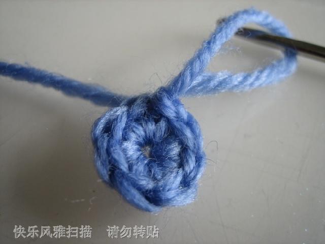 先钩一辫子针  然后从圈中钩出八针短针来  并最后合口