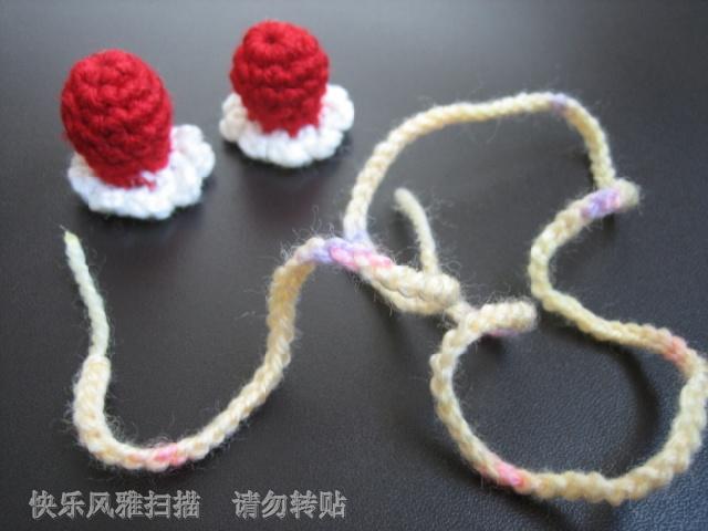 提前钩好的两朵喇叭花和一条三十五公分长的辫子(作为系带)