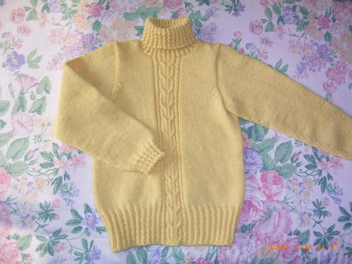 照书织的小女孩毛衣