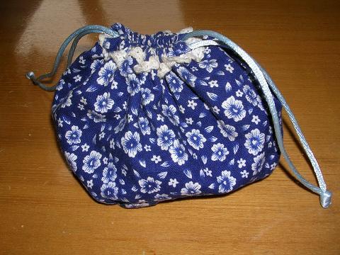 小布包,我很喜欢,一直用来装头花,可是白色的花边都变成灰的了[s:12]