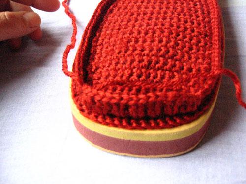 步骤五:下面可以钩鞋面了。先在鞋头钩六到七组中长针或长针(每组两针),左边留足一定长度的线收针时用。