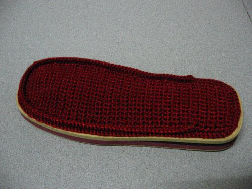 步骤四:在鞋底面边缘与中心的交接处钩两圈短针。