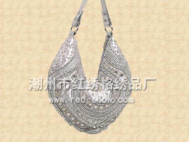 简约+细腻    ---红绣格系列经典钻石镶嵌珠绣手袋    追求完美、简约的气氛
