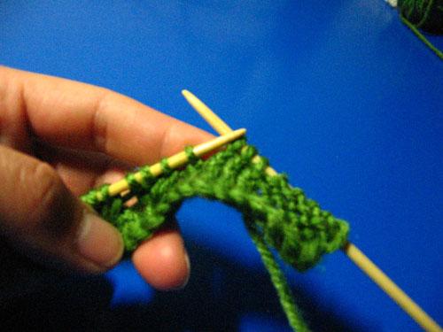 步骤四:第三行在织扭针时只织三针也就是类鱼骨往右斜走一针。第四行与第二行织法一样。