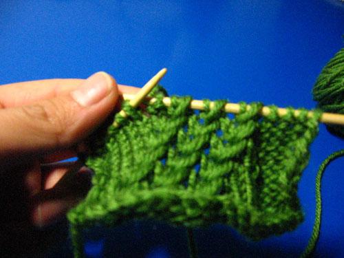 步骤五:值得请注意的是织类鱼骨斜走进的那一针一定要和都织完出来的针法一致。也就是进去的是扭针出来的是