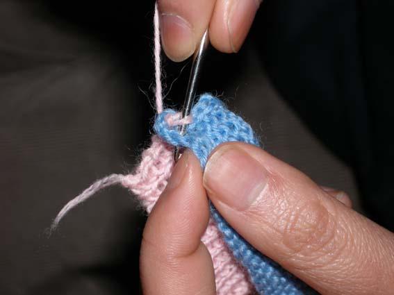 钩针穿过领子的第二针,再穿过螺纹的第二针