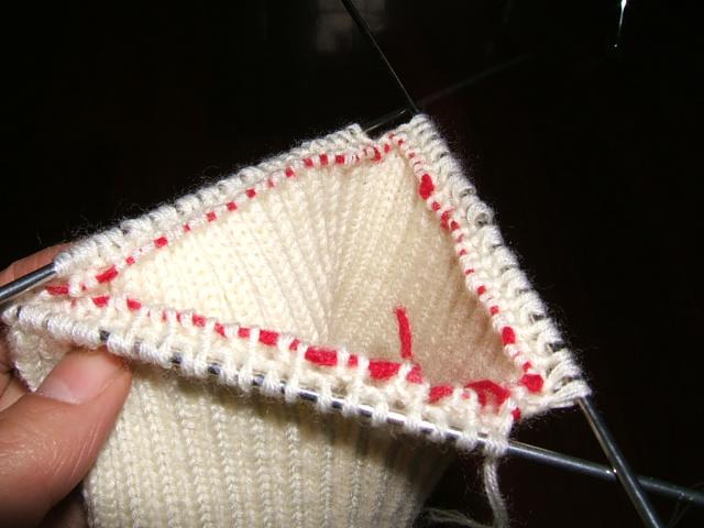 首先圈织好双罗纹,偶用的是细线,共152针.把所有上针用一根线圈起来