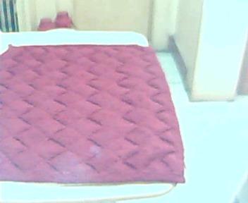 旧毛线织的沙发垫和椅垫