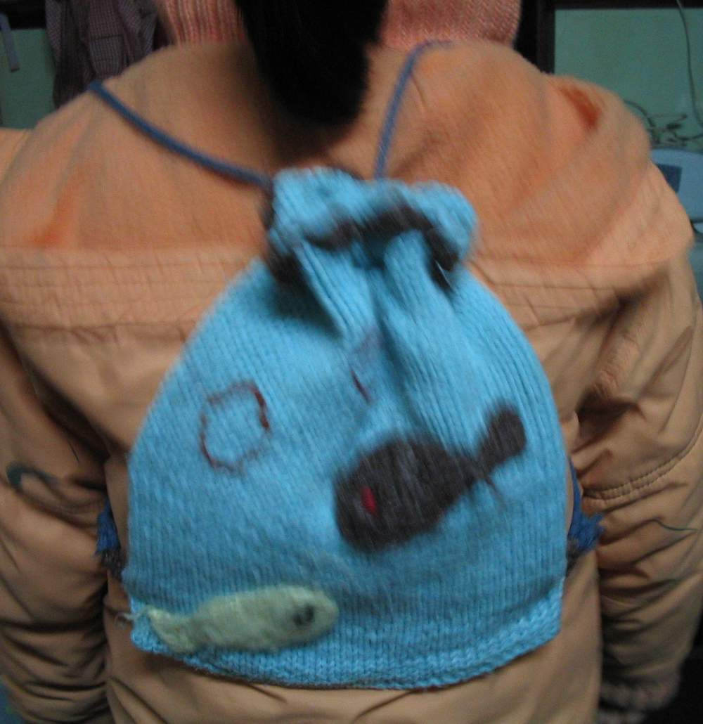 几年前为给女儿秋游织的一个背包,钩了2条自由嬉戏的fish吐着泡泡,西西!