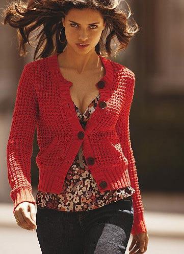运动夹克造型的鲜红毛衣,热力十足